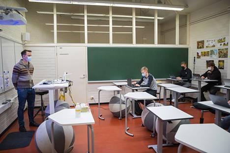 Ilmari Raevuori opettaa uskonnon kertauskurssia Kaarinan lukiossa. Nykyisiä opiskelijoita oppivelvollisuuden laajentaminen ei koske.