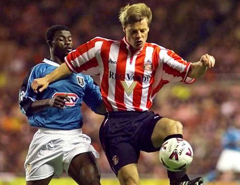 Stefan Schwarz brittijoukkue Sunderlandin paidassa vuonna 1999. Aston Villan George Boateng jää tilanteessa kakkoseksi.