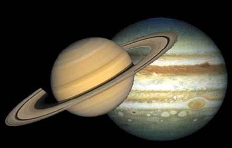 Tässä kuvassa Saturnus ja Jupiter on aseteltu rinnakkain vertailun vuoksi.