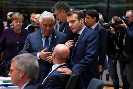 Portugalin ja Ranskan pääministerit Antonio Costa (vas.) ja Emmanuel Macron keskustelivat EU-komission presidentin Charles Michelin kanssa Brysselissä EU-huippukokouksessa helmikuussa. Taustalla esimerkiksi Saksan liittokansleri Angela Merkel.