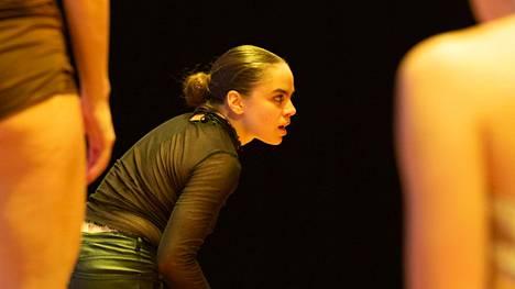 Anni Koskinen Posthuman days -esityksessä.
