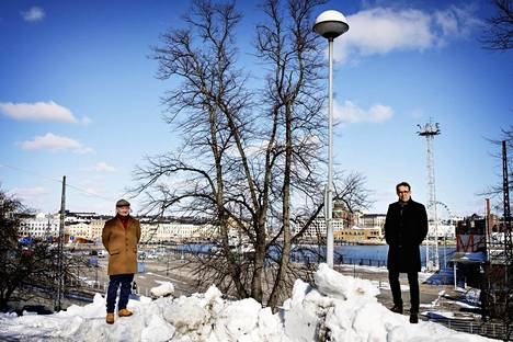 Juhana Heikonen (vas) ja Helsingin kaupunkiympäristön toimialajohtaja Mikko Aho kuvattuna Tähtitorninmäellä. Heikonen on yksi kriittisen Kenen kaupunki pamfletin kirjoittajista. Hän epäilee, että Eteläsataman uudet suunnitelmat tarkoittavat alueen täyttämistä korkeilla liikerakennuksilla, jotka peittävät näkymät Tähtitorninmäeltä Kauppatorille ja merelle. Ahon mukaan syytä huoleen ei ole.