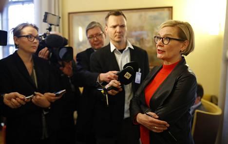 Eduskunnan puhemies Paula Risikko (kok) kertoi tiedustelulain vetämisestä pois eduskunnasta toimittajille keskiviikkona.
