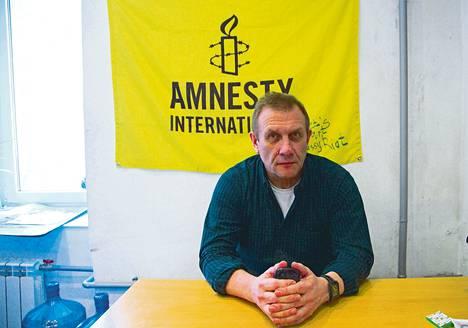 Yksi Venäjällä ratsatuista kansalaisjärjestöistä on Amnesty International. Kuvassa on Venäjän-osaston johtaja Sergei Nikitin tutkinnan kohteeksi joutuneessa Moskovan-toimistossa.