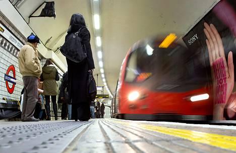 Facebook-ryhmä kannustaa ihmisiä lähettämään valokuvia ja kommentteja Lontoon metrossa eväitä syövistä naisista.