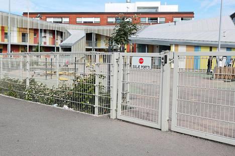 Lapset livahtivat kenenkään huomaamatta tästä portista.