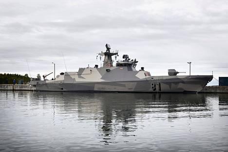 Ohjusvene Tornio kuvattuna tiistaina Upinniemen sotasatamassa. Silmiinpistävimmät muutokset aluksen profiilissa ovat selvästi pienentynyt keulatykki ja kansirakenteen takaosasta poistunut pyramidimainen osa, jossa on ollut elektro-optinen sensorijärjestelmä Sagem.