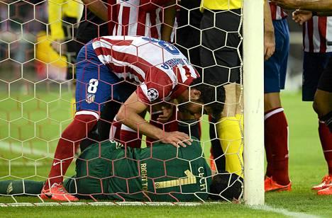 Maalivahti Petr Cech loukkaantui eilisillan ottelussa.