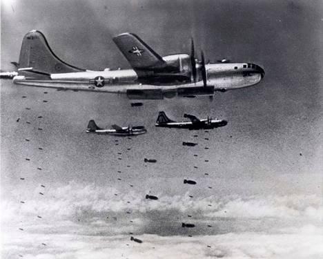 25.6.1950 Kim Il-sung hyökkäsi Pohjois- ja Etelä-Korean rajaksi toisen maailmansodan jälkeen sovitun 38. leveyspiirin yli. Etelä-Koreaa tukenut Yhdysvaltain johtama liittoutuma vastasi hyökkäykseen YK:n valtuutuksella muun muassa massiivisilla pommituksilla.