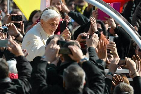 Paavi Benedict XVI saapui Pietarinaukiolle ennen viimeistä julkista  esiintymistään.