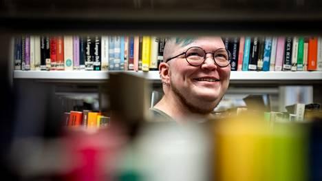 Kaarna Tuomenvirta haki tohtoriopintoihin, koska halusi lukea ja kirjoittaa lisää. Tällä hetkellä hän on kiinnostunut sukupuolen- ja kirjallisuudentutkimuksesta, traumatutkimuksesta, ajasta ja identiteetin muodostumisesta.