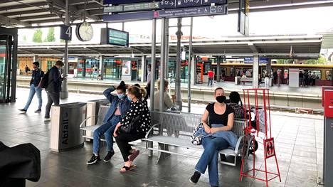 Matkustajat käyttivät kasvomaskeja Berliinin Ostkreuz-asemalla 27. heinäkuuta.
