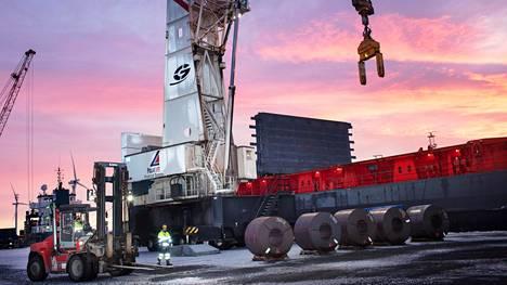 Outokummun terästehtaalla Torniossa valmistetaan ferrokromipohjaisia teräsvalmisteita. Kuva on vuodelta 2018.