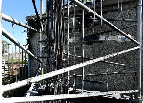 Yksityiskohta tuhotusta tukiasemasta Hollanissa huhtikuussa.
