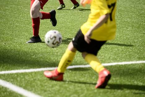 Nuorten ottelu jalkapallon Helsinki Cupin avajaispäivänä Tapiolan Urheilupuistossa Espoossa 6. heinäkuuta 2020.