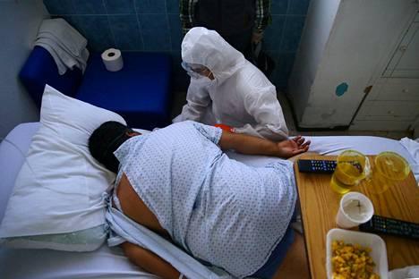 Keski-ikäistä koronatautipotilasta hoidettiin meksikolaisessa sairaalassa kesän alussa.