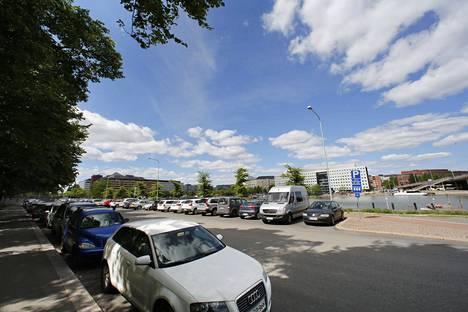 Helsingissä alkaa kierrellä auto, joka tarkkailee ajaessaan väärin pysäköityjä autoja.