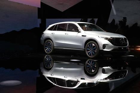 Katumaasturi EQC on Mercedeksen EQ-brändin ensimmäinen tuotantoon menevä sähköautomalli.