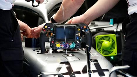Lewis Hamiltonin Mercedeksen ratista tuli puheenaihe Barcelonan testeissä torstaina.