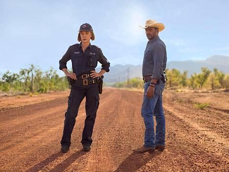 Rikospoliisi Jay Swan (Aaron Pedersen, oik.) komennetaan Länsi-Australian syrjäseudulle selvittämään kahden nuorukaisen katoamista. Paikallinen ylikonstaapeli Emma James (Judy Davis) ei ole varma omapäisen Swanin valitsemasta tiestä.