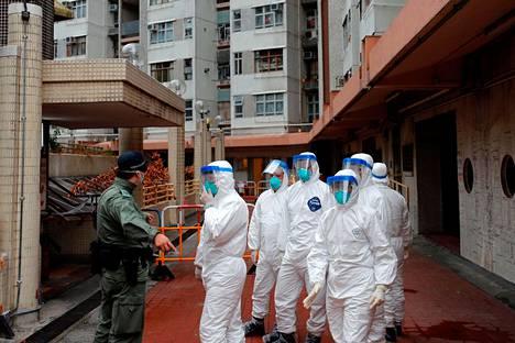 Hongkongin poliisi evakuoi helmikuun alussa asukkaita asuinalueelta, jolla on havaittu koronavirusta.