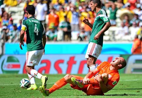 Arjen Robben vietti paljon aikaa nurmen pinnassa ottelussa Meksikoa vastaan.