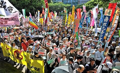 Ihmiset osoittivat mieltään ydinvoimaa vastaan kansallisena lastenpäivänä Tokiossa lauantaina.