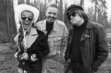Timo Kahilainen, Heikki Silvennoinen ja Olli  Keskinen  esiintyivät Kummelissa. Kuva on vuodelta 1992.