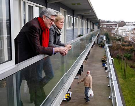 Puolueaktiivi John van Leeuwen (vas.) asuu eläkeläisten yhteisötalossa Haagissa. Parvekkeella oli seurana hänen ystävänsä Tjitske Kroon-Leegwater.
