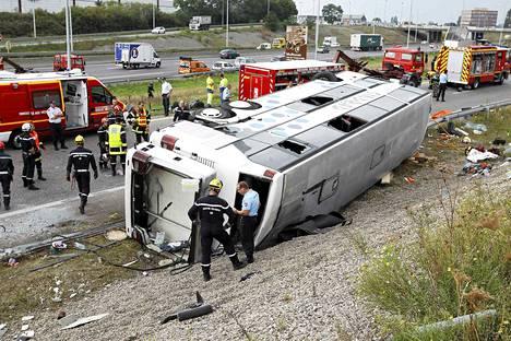 Pelastusmiehiä onnettomuuspaikalla Mulhousen lähistöllä Ranskan itäosassa.