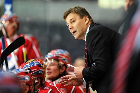 Raimo Summanen jakoi ohjeita pelaajilleen.
