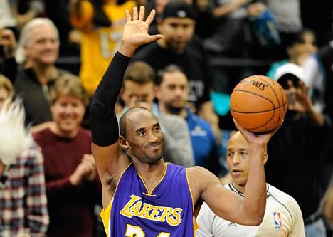 Kobe Bryant vilkutti yleisölle ohitettuaan Michael Jordanin pisteissä.