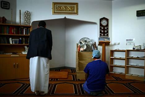 Imaami Fazal Hassan ja kirurginen hoitaja Zoheb Ahmad rukoustauolla The Royal Blackburn -opetussairaalassa.