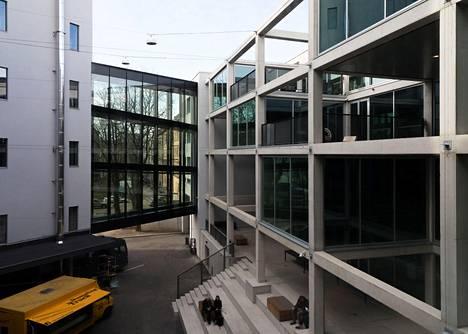 Taideakatemian sisäpihalla voi kesäaikaan järjestää erilaisia tapahtumia. Avoimet kehikot seurailevat vanhan tehtaan rakenteita.