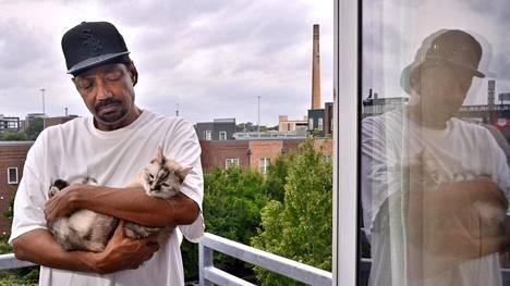 Menetettyään talonsa Derick Berry joutui muuttamaan kissansa kanssa kaupungin vuokrakaksioon. Parvekkeelta näkyy Guaranteed Rate -urheilustadion, joka on nimetty chicagolaisen asuntolainayhtiön mukaan. Guaranteed rate tarkoittaa taattua taksaa.