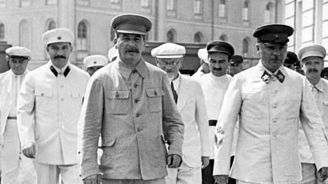 Josif Stalin ja hänen hovinsa Moskovan Punaisella torilla kesällä 1936.