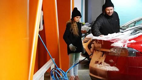 Maisa ja Marko Virtanen latasivat autoaan kauppareissulla kauppakeskus Eastonissa.