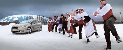 Tapiolan eläkkeensaajien tanssiryhmä Varttuneet nosti jalkaa eteläkorealaisen hitin Gangnam Stylen tahtiin. Lisää Kimmo Taskisen toisenlaisia autokuvia osoitteessa HS.fi/autot.