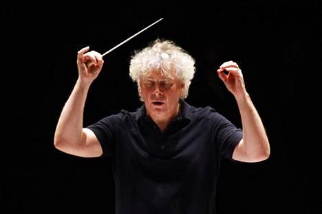 Sir Simon Rattlen lyömäsoitintausta kuuluu Sibelius-levytyksissä napakkana rytmiikkana.
