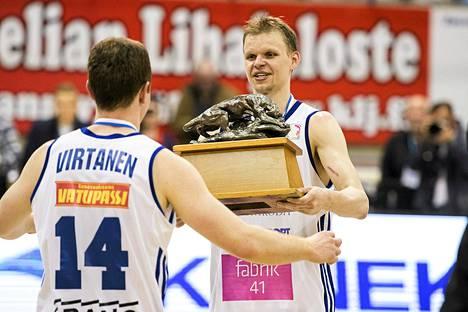 Teemu Rannikko (oik.) antoi Petri Virtasen nostaa Pantteri-patsaan ensimmäisenä ilmaan.