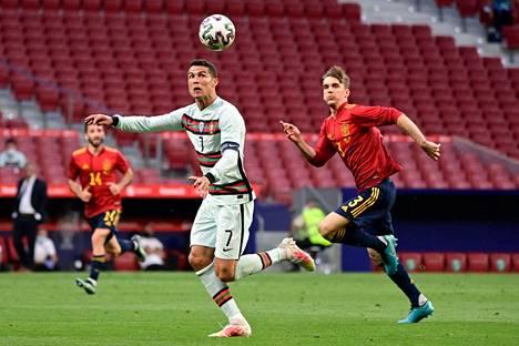 Espanjan Diego Llorenten (oik.) uusi koronatesti paljasti, ettei hän ollutkaan sairastunut koronavirukseen. Llorente kohtasi viime viikon perjantaina Portugalin Cristiano Ronaldon.