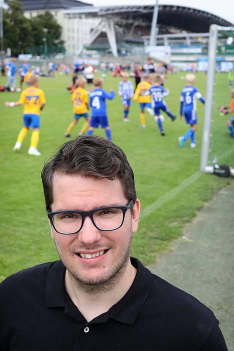 Mentaalivalmentaja Niko Leppänen Töölön pallokentällä Helsinki Cupin keskellä.