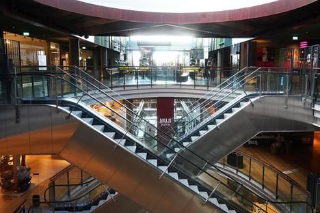 Kauppakeskukset ovat tyhjentyneet koronapandemian vuoksi asetettujen liikkumisrajoitusten takia.