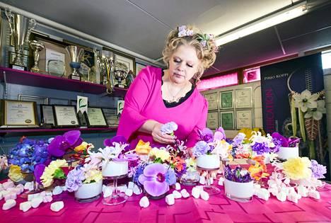 Kukat ovat floristimestari Pirjo Kopin suuri intohimo. Kukka-asetelman suunnittelu alkaa siitä, että hän miettii, millaista tunnelmaa ja miten hän haluaa kukilla välittää.