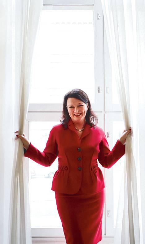 Gradinin salin verhot tuovat Merja Rehnin mieleen Kauniista ja rohkeista tutun Brooken budoaari -malliston. Hän aistii salin historian oikein. Jo 1900-luvun alussa silloisen ravintolan sisustusta kuvattiin keveäksi, jopa budoaarimaiseksi.