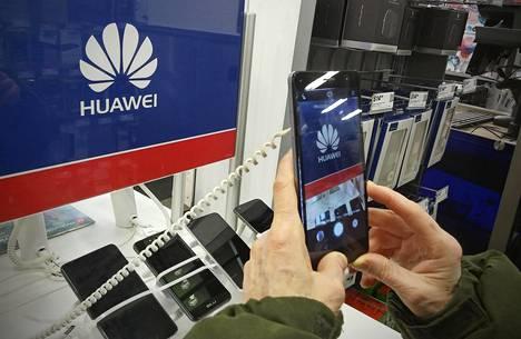 Asiakas tutkii Huawein puhelinta myymälässä New Yorkissa.