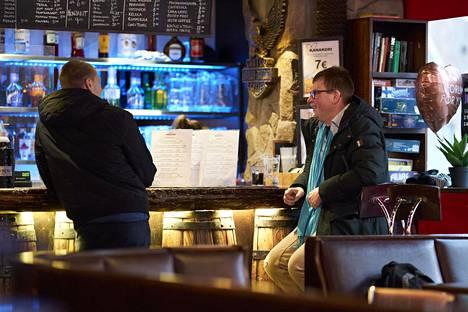 Joonas Sibakow (vas.) ja Juha Saukkonen jutustelivat helsinkiläisen Eerikin kulma -ravintolan baaritiskillä keskiviikkona.