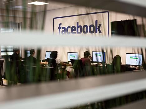 Facebookin Länsi-Berliinissä sijaitsevassa moderointikeskuksessa yli tuhat moderoijaa tulkitsee, ovatko käyttäjien julkaisemat kirjoitukset, kuvat ja videot sääntöjen mukaisia. Satojen päätösten päivätahdissa syntyy myös virheitä, eivätkä kaikki väärinkäytökset edes tule heidän tietoonsa.