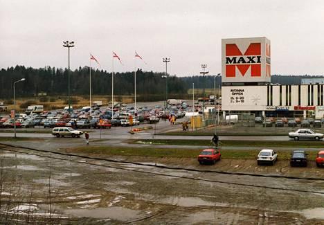 Leppävaaran Maxi-market oli Suomen ensimmäisiä hypermarketteja. Kuva on vuodelta 1992.