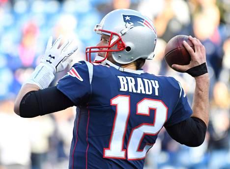 New England Patriotsin pelinrakentaja Tom Brady lämmittelemässä ennen ottelua tammikuussa 2018.